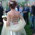 il dietro del corpino si contrappone al davanti, scollatura totale decorata con piccole stringhe in tessuto! sensuale!