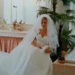 abito da sposa finny, in taffetà di seta gonna a mezza ruota con strascico e corpetto intarsiato a mano. 50mt di tessuti!